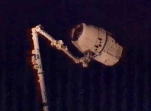 spacex_dragon_docks_to_iss
